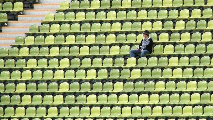 Mann in leerem Stadion Fußball