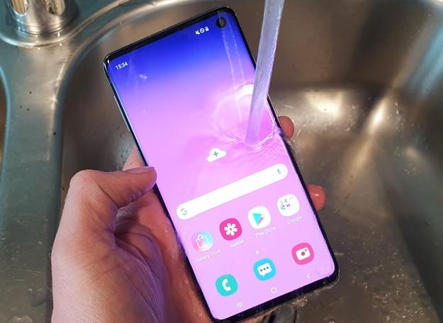 Samsung Galaxy S10 im Wasser-Test: Übersteht das Highend-Smartphone den Tauchgang im Waschbecken?