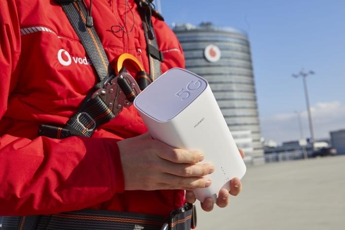 Vodafone GigaCube 5G mit Netztechniker - (c) Vodafone