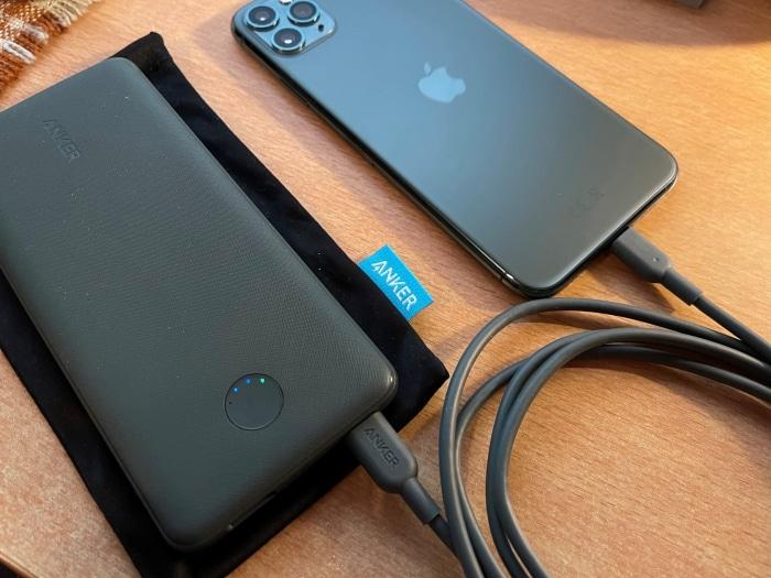 Anker PowerCore Slim 10000 PD mit Anker USB-C auf Lightning Kabel und iPhone 11 Pro Max in Nachtgrün