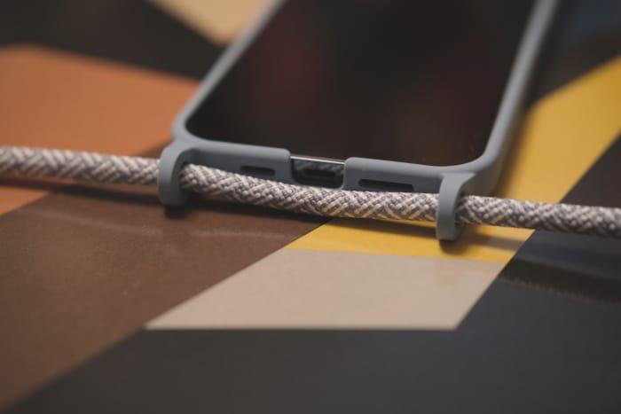 Artwizz HangOn Case mit iPhone 12 Pro Max im Test - robuste Laschen