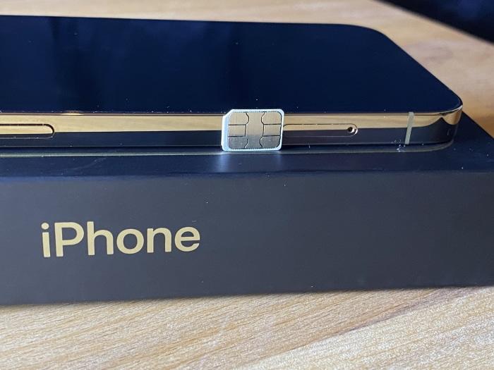 Zum Vergleich: Das iPhone 12 Pro Test ist deutlich flacher als eine Nano-SIM hoch (Bild: Handyhase.de).