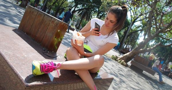 frau-mit-smartphone