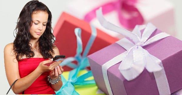 Frau mit Geschenken und Handy