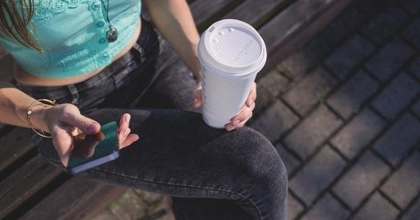 Smartphone und Kaffee