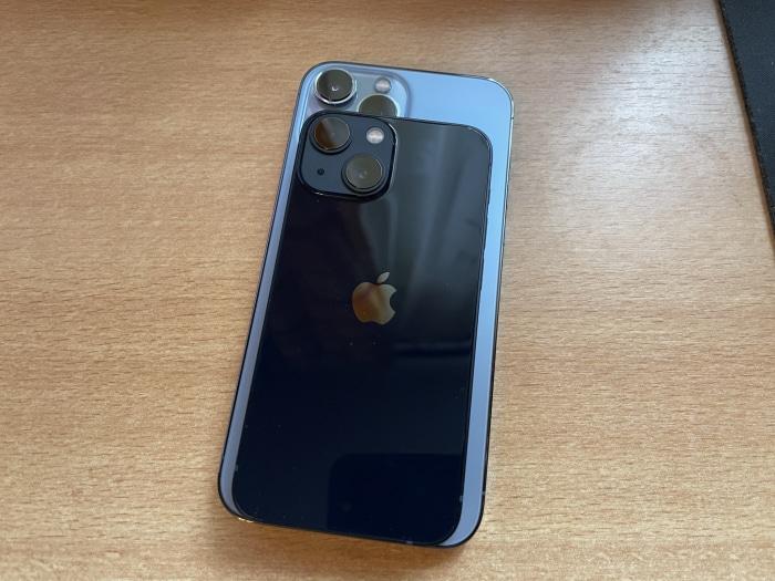 Größenunterschied: iPhone 13 mini vs. iPhone 13 Pro Max im Test